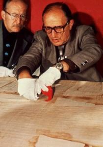 Доктор Макс Фрей, відомий криміналіст, бере пробу з Туринської Плащаниці