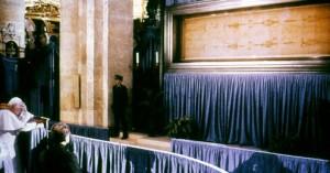 Іоанн Павло ІІ молиться перед Плащаницею