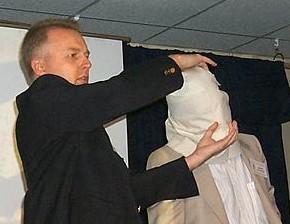 Марк Густін показує, як Сударіум був обгорнутий довкола голови