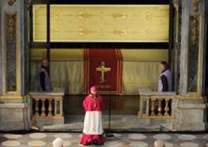 Монсеньйор Чезаре Нозілья, туринський архієпископ молиться перед Плащаницею
