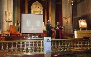 Петрус Сунз робить презентацію Плащаниці в Старій Базиліці Гваделупської Діви у Мехіко