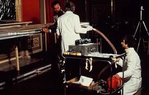 Професор Джованні Ріджі збирає з Туринської Плащаниці пилок за допомогою спеціального пилососа