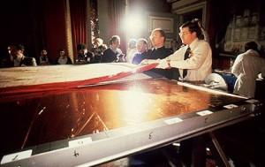 Туринську Плащаницю переставляють на столик для дослідів в 1978 році