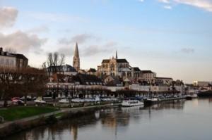 Сен-Жерменське аббатство в місті Осер, Франція. Тут знаходяться мощі Аарона Осерського