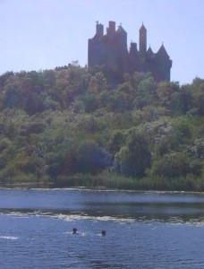 Замок та озеро у Дроморі поблизу Кілдімо