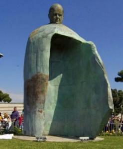 Незвичний пам'ятник Іоанну Павлу ІІ в Римі, кожен може стати під його захист