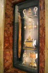 Вітрина з реліквіями - знизу титло, посередині - Хрест