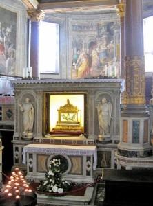 Окови біля вівтаря базиліки