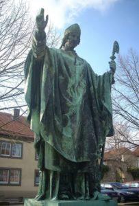 Пам'ятник Бернварду Хіндельсхаймському біля собору у Хільдесхаймі